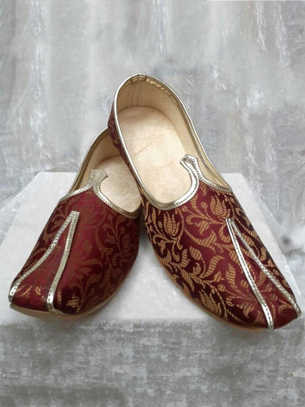 Brocade Mojari in Maroon Colour.